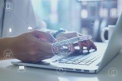 Το άτομο που χρησιμοποιεί την ψηφιακή συσκευή κάνει τις πληρωμές τις σε απευθείας σύνδεση αγορές Στοκ εικόνες με δικαίωμα ελεύθερης χρήσης