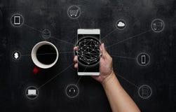 Το άτομο που χρησιμοποιεί την ψηφιακή συσκευή καθιστά τις πληρωμές σε απευθείας σύνδεση στοκ εικόνες