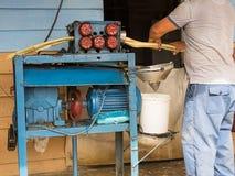 Το άτομο προετοιμάζει το χυμό καλάμων στοκ εικόνες με δικαίωμα ελεύθερης χρήσης