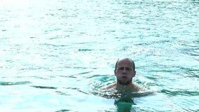 Το άτομο προκύπτει από το νερό φιλμ μικρού μήκους