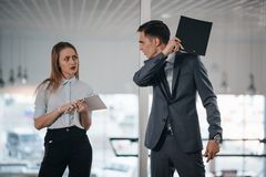 Το άτομο προσβάλλει έναν συνάδελφο Στοκ εικόνες με δικαίωμα ελεύθερης χρήσης