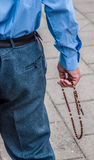 Το άτομο προσεύχεται rosary στοκ φωτογραφίες