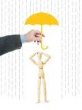 Το άτομο προστατεύει ένα άλλο πρόσωπο από τις ανησυχίες με την κάλυψη τον με μια ομπρέλα στοκ φωτογραφία με δικαίωμα ελεύθερης χρήσης