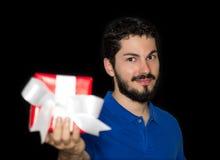Το άτομο προσφέρει το κιβώτιο δώρων Στοκ φωτογραφία με δικαίωμα ελεύθερης χρήσης