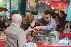 Το άτομο πωλεί τα κομμάτια σοκολάτας στο στάβλο στην αγορά δήμων Στοκ Φωτογραφίες