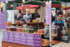 Το άτομο πωλεί τους φρέσκους καταφερτζήδες στο στάβλο στην αγορά δήμων Στοκ Εικόνες