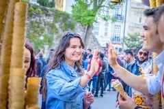 Το άτομο πωλητών παγωτού παίζει το τουρκικό αστείο με τους τουρίστες στοκ εικόνα