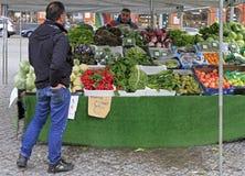 Το άτομο πωλεί τα φρούτα και λαχανικά υπαίθρια στο Μάλμοε, Σουηδία στοκ εικόνα