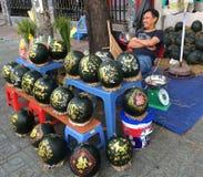 Το άτομο πωλεί τα χαραγμένα καρπούζια για Tet (σεληνιακό νέο έτος σε Vietn Στοκ εικόνα με δικαίωμα ελεύθερης χρήσης