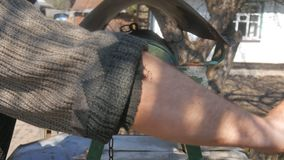Το άτομο ρίχνει την αλυσίδα με τον κάδο σε αγροτικό για να σύρει καλά το νερό απόθεμα βίντεο