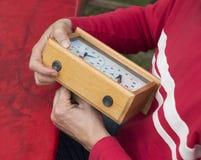 Το άτομο ρυθμίζει το ρολόι σκακιού Στοκ Εικόνα