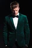 Το άτομο σε ένα πράσινο κοστούμι βελούδου κοιτάζει κάτω Στοκ Εικόνες