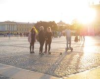 Το άτομο σε Gyroscooter Άνθρωποι στους γύρους Gyroscooter στο ηλιοβασίλεμα στο τετράγωνο παλατιών, μεταξύ των τουριστών στην Άγιο Στοκ φωτογραφία με δικαίωμα ελεύθερης χρήσης