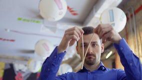 Το άτομο σπάζει κινεζικά chopsticks απόθεμα βίντεο