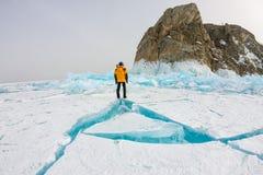 Το άτομο στέκεται κοντά στο βράχο Khoboy ακρωτηρίων στο νησί Olkhon, λίμνη Baikal, πάγος hummocks το χειμώνα, Ρωσία, Σιβηρία στοκ φωτογραφίες με δικαίωμα ελεύθερης χρήσης