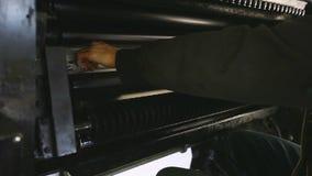 Το άτομο στήνει τη μηχανή καταστημάτων τυπωμένων υλών - πρόστιμο - συντονίζοντας απόθεμα βίντεο