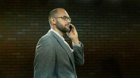 Το άτομο στα γυαλιά μιλά τηλεφωνικώς 06 φιλμ μικρού μήκους