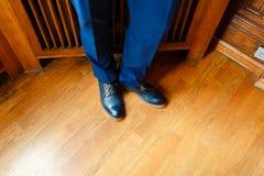 Το άτομο στα μπλε παπούτσια κινηματογραφήσεων σε πρώτο πλάνο ποδιών κοστουμιών Στοκ Εικόνες