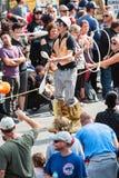 Το άτομο στα ξυλοπόδαρα κάνει ταχυδακτυλουργίες τις καρφίτσες στην παρέλαση της Ατλάντας αποκριές Στοκ Εικόνες