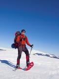 Το άτομο στα πλέγματα σχήματος ρακέτας στα βουνά Στοκ Εικόνες