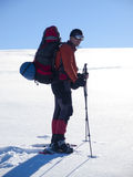 Το άτομο στα πλέγματα σχήματος ρακέτας στα βουνά Στοκ Φωτογραφία