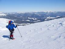Το άτομο στα πλέγματα σχήματος ρακέτας στα βουνά Στοκ φωτογραφία με δικαίωμα ελεύθερης χρήσης