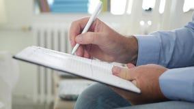 Το άτομο στην αρχή κάθεται και γράφει στο πρόγραμμα σελίδων ημερήσιων διατάξεων για την επόμενη εργάσιμη ημέρα φιλμ μικρού μήκους