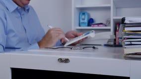 Το άτομο στην αρχή υπολογίζει τα ωθώντας κλειδιά μηχανών προσθήκης με ένα μολύβι φιλμ μικρού μήκους
