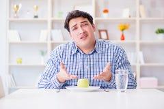 Το άτομο στην ειδική διατροφή programm για να χάσει το βάρος στοκ εικόνα