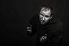 Το άτομο στην εικόνα ενός μοναχού σε ένα σκοτεινό υπόβαθρο στοκ φωτογραφίες
