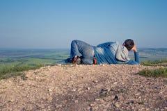 Το άτομο στην κορυφή του βουνού χαίρεται στην επιτυχία Νικητής στοκ εικόνες