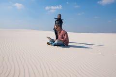Το άτομο στην πίεση, κάθεται με το lap-top στη μέση της ερήμου Στοκ φωτογραφία με δικαίωμα ελεύθερης χρήσης