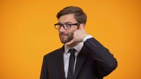 Το άτομο στην παρουσίαση κοστουμιών με καλεί χειρονομία, εξυπηρέτηση πελατών, χειριστής τηλεφωνικών κέντρων απόθεμα βίντεο