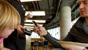 Το άτομο στον καφέ πληρώνει μέσω της πιστωτικής κάρτας φιλμ μικρού μήκους