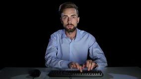 Το άτομο στον υπολογιστή κάνει απρόσεκτα on-line να ψωνίσει στούντιο φιλμ μικρού μήκους