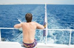 Το άτομο στο γιοτ εξετάζει το νερό στην υψηλή Ερυθρά Θάλασσα Στοκ Εικόνες