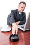 Το άτομο στο γραφείο λέει το αριθ. στο κάπνισμα εσωτερικό Στοκ εικόνες με δικαίωμα ελεύθερης χρήσης