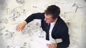 Το άτομο στο γραφείο που πνίγει στο έγγραφο φιλμ μικρού μήκους