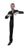 Το άτομο στο επιχειρησιακό κοστούμι παρουσιάζει στον πίνακα διαφημίσεων Στοκ φωτογραφία με δικαίωμα ελεύθερης χρήσης