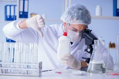 Το άτομο στο εργαστήριο που εξετάζει το νέο καθαρίζοντας απορρυπαντικό λύσης Στοκ φωτογραφία με δικαίωμα ελεύθερης χρήσης