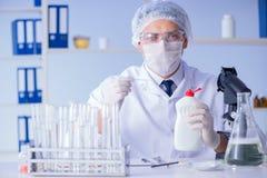 Το άτομο στο εργαστήριο που εξετάζει το νέο καθαρίζοντας απορρυπαντικό λύσης Στοκ εικόνες με δικαίωμα ελεύθερης χρήσης
