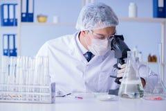 Το άτομο στο εργαστήριο που εξετάζει το νέο καθαρίζοντας απορρυπαντικό λύσης Στοκ Εικόνα