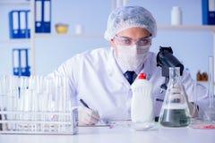 Το άτομο στο εργαστήριο που εξετάζει το νέο καθαρίζοντας απορρυπαντικό λύσης Στοκ Φωτογραφίες