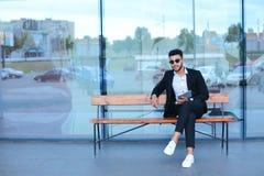 Το άτομο στο κοστούμι Αραβικά βάζει στα γυαλιά ηλίου με την ταμπλέτα κοντά στην επιχείρηση Στοκ Εικόνες