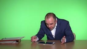 Το άτομο στο κοστούμι που περιμένει τα αποτελέσματα χρηματοοικονομικών αγορών και παρουσιάζει θετικές συγκινήσεις απόθεμα βίντεο