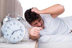 Το άτομο στο κρεβάτι που πάσχει από την αϋπνία Στοκ εικόνα με δικαίωμα ελεύθερης χρήσης