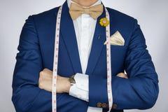 Το άτομο στο μπλε κοστούμι bowtie, πόρπη, τετραγωνικό μπλε κοστούμι τσεπών φέρνει το μ Στοκ εικόνες με δικαίωμα ελεύθερης χρήσης