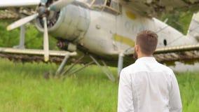 Το άτομο στο παλαιό αεροπλάνο απόθεμα βίντεο