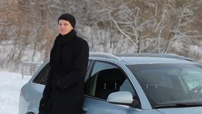 Το άτομο στο παλτό και στα γάντια απόθεμα βίντεο