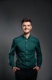 Το άτομο στο πουκάμισο που στέκεται με παραδίδει τις τσέπες Στοκ Φωτογραφία
